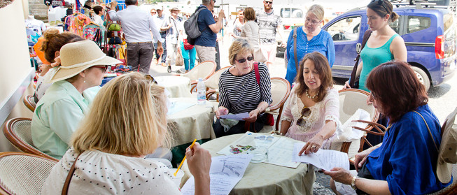 capri_susan_van_allen_looking_at_menu_ladies_Southern_Italy_Tour2015